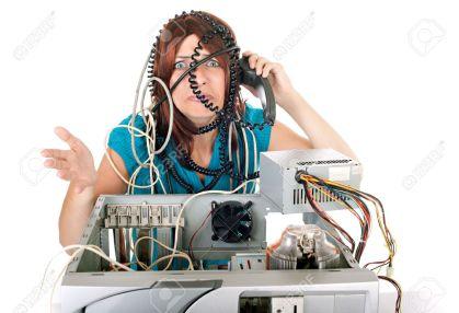 5032186-donna-che-hanno-problemi-con-computer-e-linea-telefonica-chiamando-il-sostegno-archivio-fotografico