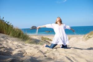 jeune-femme-dans-les-dunes_large_rwd